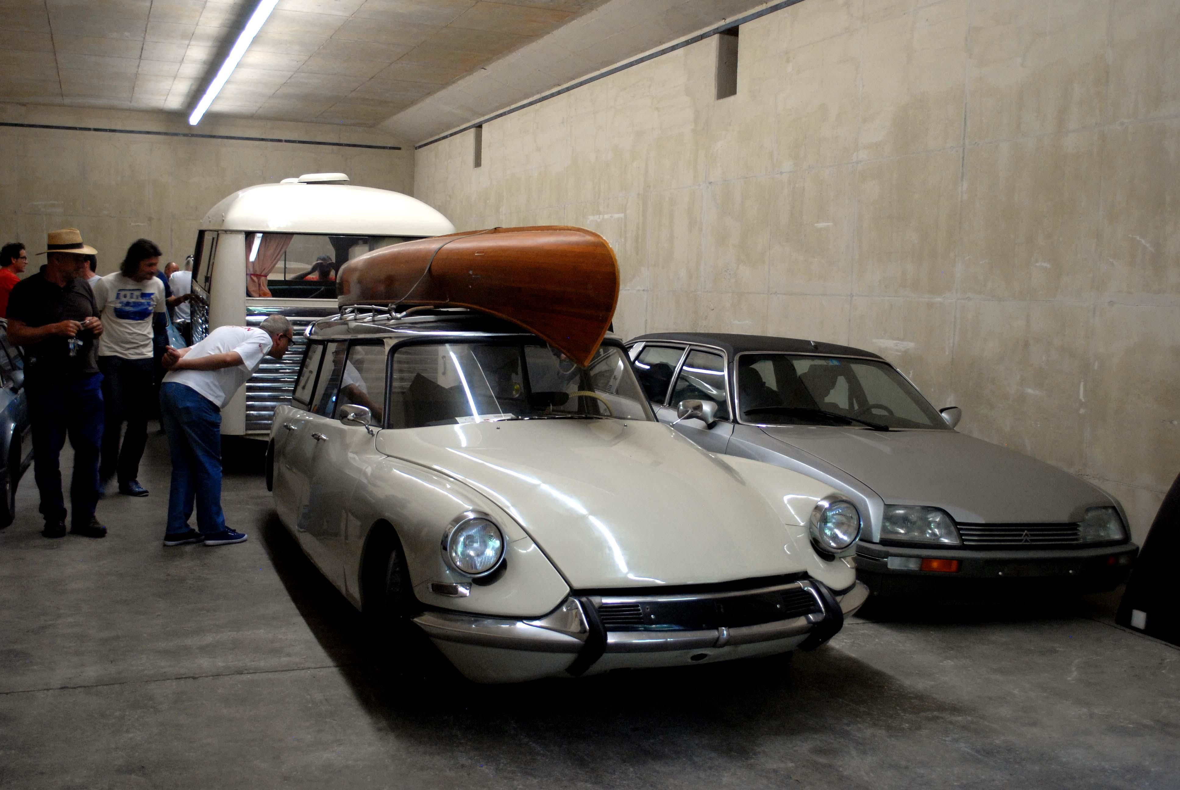 04 l'attuale contenuto del bunker numero 6, ovvero l'auto delle vacanze del signor Peters