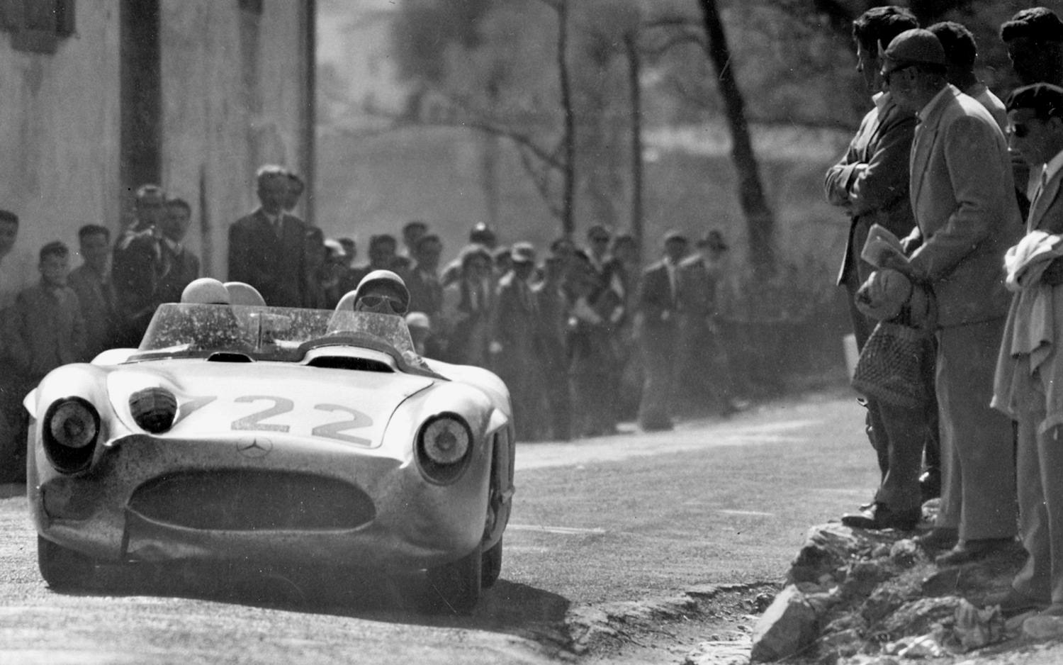 stirling-moss-and-denis-jenkinson-mercedes-benz-300-slr-in-1955-mille-miglia-front-after-crash