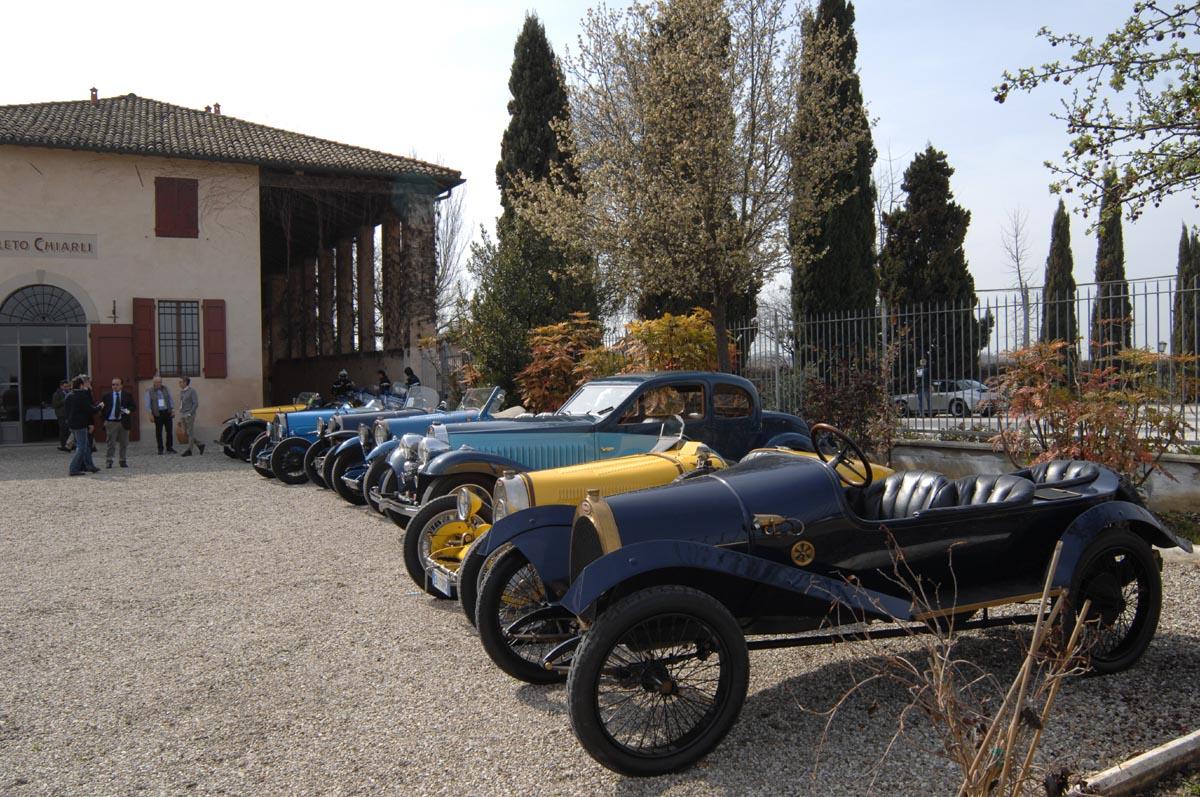 Bugatti schierate presso la Cantina Chiarli di CastelvetroOK
