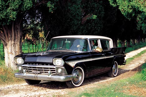 Gamma completa. Il modello del '58 si riconosce per la nuova calandra a barre orizzontali. La versione americana montava quattro fari, sostituiti dall'importatore italiano con una coppia di fari singo