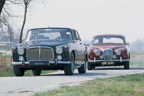 """Quanto mi costi. L'esemplare di Rover """"3.5 Litre Coupé"""" protagonista del nostro servizio è del 1968. Oggi ha una quotazione di circa 9000 euro. La Daimler """"V8 250"""" del 1967, invece, vale 16.500 euro."""