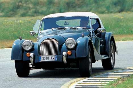 """Incollata all'asfalto. La """"Le Mans"""" con il motore Ford """"1800"""" ha un tenuta di strada irreprensibile e un assetto neutro. I deflettori ai lati del parabrezza sono optional. Costava circa 41.000 euro."""