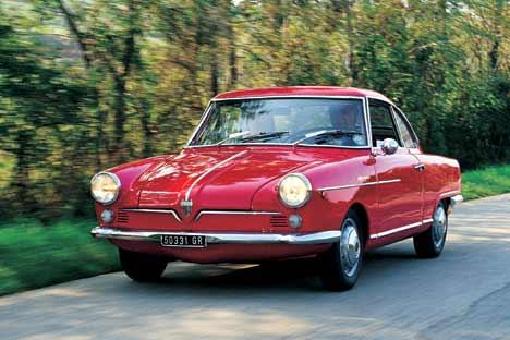 """Pezzo firmato. Materialmente il disegno della vettura si deve a Franco Scaglione (in forza alla Bertone), autore anche della """"Giulietta Sprint"""". Tra le due vetture la somiglianza appare evidente. Esem"""